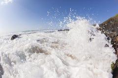 波浪海水碰撞的岩石海滩 库存图片