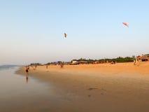 旅游制造的飞行在海滩的一只风筝恰恩多利姆 免版税图库摄影