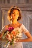有花的年轻可爱的新娘 免版税库存图片