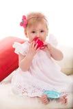秀丽使用与杯子玩具的女婴 免版税库存图片