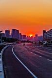 都市路日落 免版税图库摄影