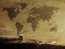 Παγκόσμιος χάρτης που επιδεικνύεται σε ζαρωμένο παλαιό χαρτί Στοκ Εικόνες