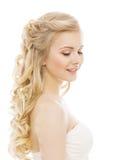 妇女秀丽构成长的头发,有白肤金发的卷发的女孩 免版税库存照片