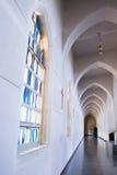 Λεκιασμένοι γυαλί και σταυροί κάτω από τις αψίδες Στοκ Φωτογραφίες