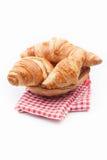 在红色方格的餐巾的新鲜和鲜美新月形面包 库存图片