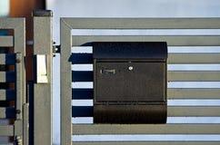 在门的邮箱 免版税库存照片