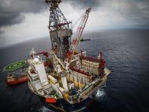 近海石油钻井船具或平台,鸟瞰图 免版税库存图片