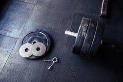 在健身房的健身设备 免版税库存图片