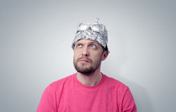 Γενειοφόρο αστείο άτομο σε μια ΚΑΠ του φύλλου αλουμινίου αργιλίου Στοκ Φωτογραφίες