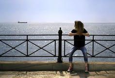 汽车自由女孩她看起来的最近的海运 库存图片