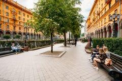 人休息,坐在列宁街上的长凳 免版税库存图片