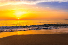 Χρυσό ηλιοβασίλεμα ανατολής πέρα από τα ωκεάνια κύματα θάλασσας Στοκ Εικόνα