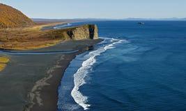 与黑火山的沙子的太平洋海岸在海滩 堪察加 免版税图库摄影