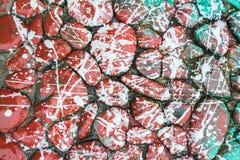 红色油漆滴水石头 库存图片