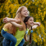 Ευτυχές υγιές χαμόγελο παιδιών σηκώνω στην πλάτη Στοκ Εικόνες