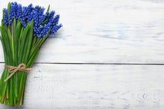 春天开花在木桌上的花束 顶视图,拷贝空间 库存图片