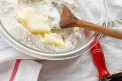 混合的黄油用在碗的面粉 免版税库存照片