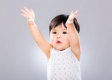 亚裔男婴用两被举的手  免版税库存图片