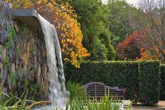 有瀑布的禅宗庭院在秋天 免版税库存照片