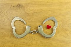 心脏靠爱、警察手铐和记意跳起 库存图片
