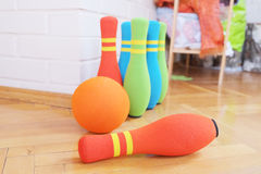 滚保龄球的软的五颜六色的别针 图库摄影