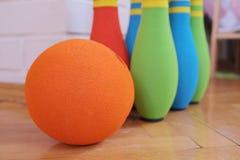 滚保龄球的软的五颜六色的别针 库存图片