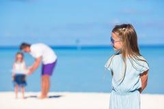 年轻父亲和小女孩一起获得乐趣 图库摄影