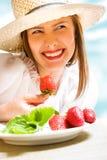 吃草莓 免版税库存照片