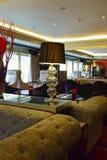 企业休息室的室内设计在有昏暗的照明设备设置的旅馆里 库存图片