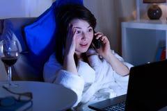 妇女在电话 免版税库存照片