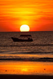 小船剪影在日落期间的海洋 库存图片