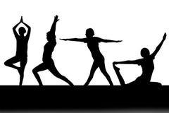 Силуэт женщины играя йогу Стоковое фото RF