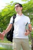 Рюкзак студента колледжа нося и приносить компьтер-книжку Стоковые Изображения