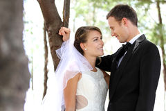 爱恋凝视年轻新婚佳偶的夫妇 免版税库存照片