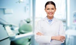 有工具的愉快的年轻女性牙医 免版税库存照片
