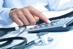 医疗保健专业计算在一个电子计算器 库存图片