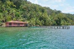 有巴拿马的船坞加勒比海岸的热带房子 免版税库存照片