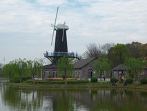 在湖附近的风车 免版税库存照片