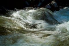 特写镜头射击了从河的水运动 库存图片
