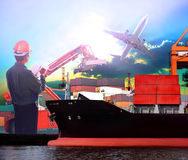 Менеджер работая в пользе груза самолета порта и воздуха корабля логистической как Стоковые Изображения RF