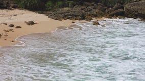 Κύματα σχετικά με την αμμώδη παραλία απόθεμα βίντεο