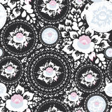 Винтажный затрапезный шикарный безшовный орнамент, картина с розовыми и белыми цветками и листьями на черной предпосылке вектор Стоковые Фото