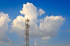 Κεραία και σύννεφα δικτύων Στοκ εικόνα με δικαίωμα ελεύθερης χρήσης