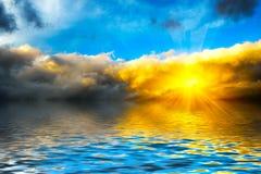 在海的剧烈的黎明 免版税库存照片