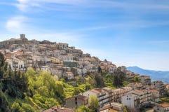 镇看法在马泰拉,巴斯利卡塔,意大利,联合国科教文组织附近的在蓝天下 库存图片