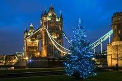 塔桥梁圣诞节在伦敦,英国 免版税库存照片