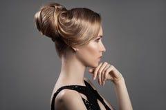 美丽的白肤金发的妇女 发型和构成 免版税图库摄影