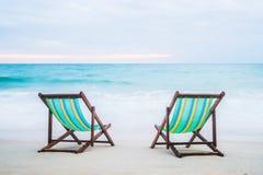 热带海滩睡椅的休息室 免版税库存图片