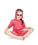 穿桃红色衣裳的小逗人喜爱的女孩坐在白色 免版税图库摄影
