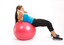 做在锻炼球的少妇锻炼 免版税库存照片